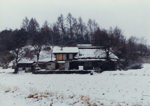 冬の家(茅葺き屋根が残っています)