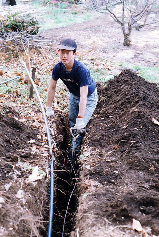 ひざ下くらいの深さで水道管の穴を掘る。