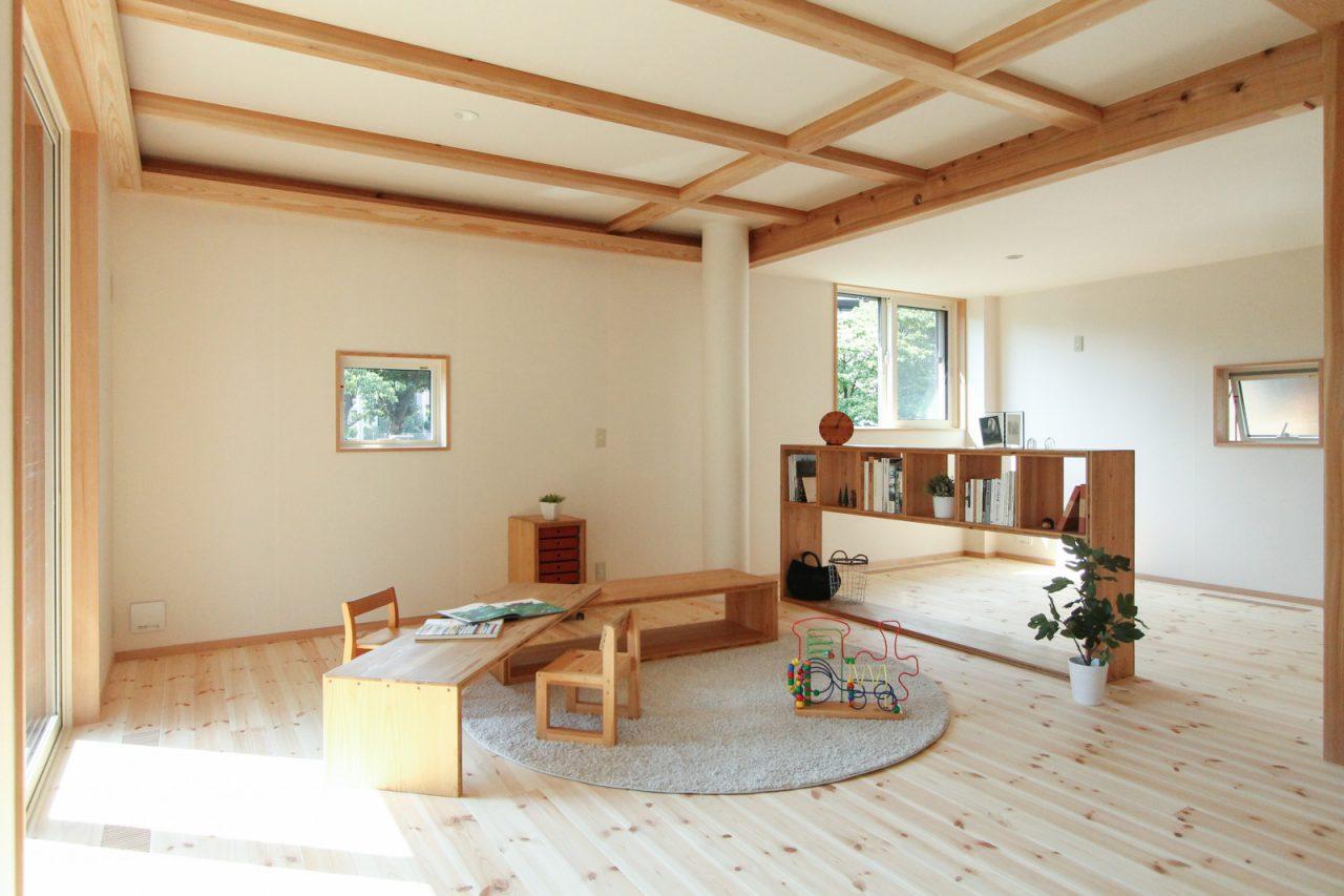 オープンな間取りが木造ドミノの魅力。床は北欧のパイン材(無垢材)で壁は土佐和紙の仕上げ。長押(なげし)の中に配線をまとめて通していることで部屋の間仕切り工事の際にも素早く電気配線を取り出すことができます。