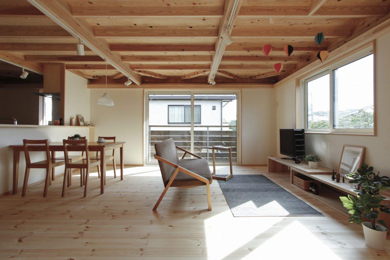 リビングには家具デザイナーの小泉誠さんがデザインした「UU sofa」やサイドテーブル、「大工の手」ローテーブルをテレビ台や収納として活用。