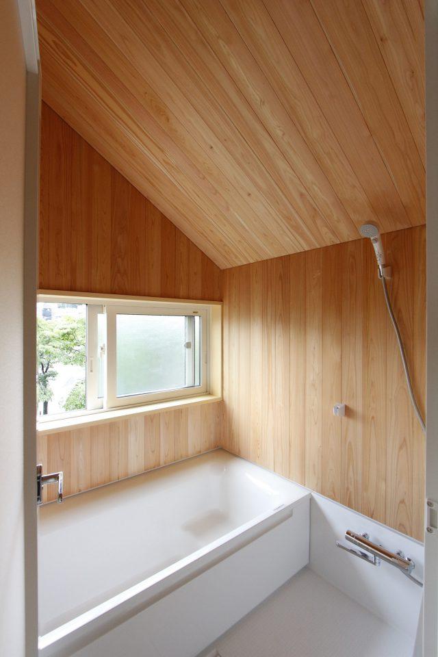 浴室はハーフユニットとして壁はサワラの板で。二階にあるため窓からの眺めも楽しめます。