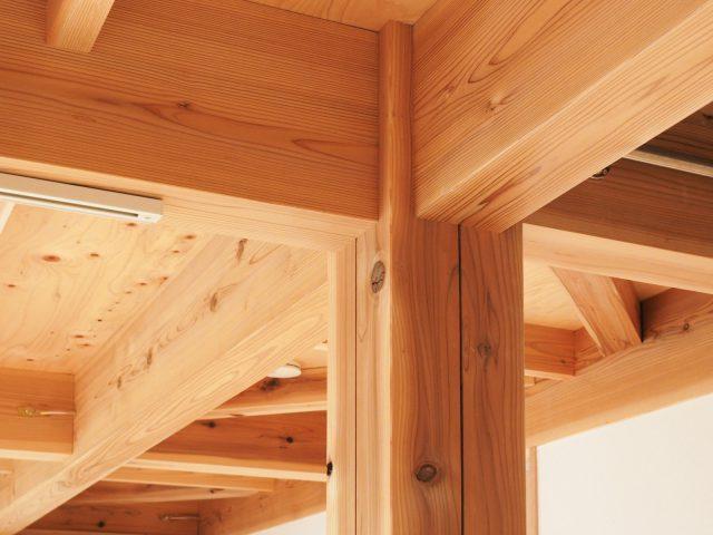 構造材は多摩産の杉材です。春や秋に山のバス見学会で訪れる東京の山の木を使っています。