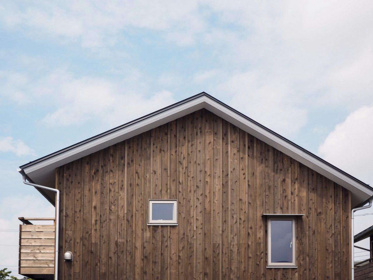 総板張りの家が建ち並ぶ様子は印象的です。