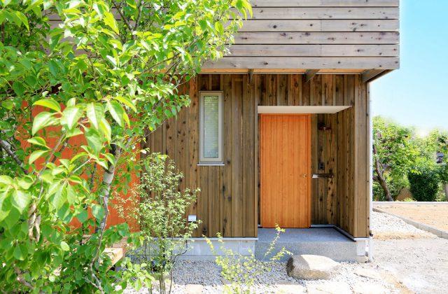 玄関ドアは広島の「ユダ木工」さんの木製ドア。明るい色が帰宅する家族や来訪者を元気にしてくれそうです。