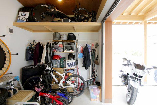 ガレージの中は趣味や仕事関係の道具がたくさん。棚はご主人が友人と自作されたそう!