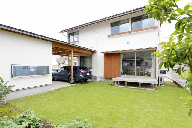 家とガレージに囲まれた開放感ある庭。夏はBBQやテント泊も楽しめます。