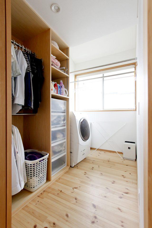 洗濯したらその場で干せて、乾いたらすぐに仕舞える場所がある合理的な設計の洗濯スペース