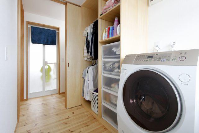 洗濯スペースは洗面浴室ともつながっていて便利な動線に
