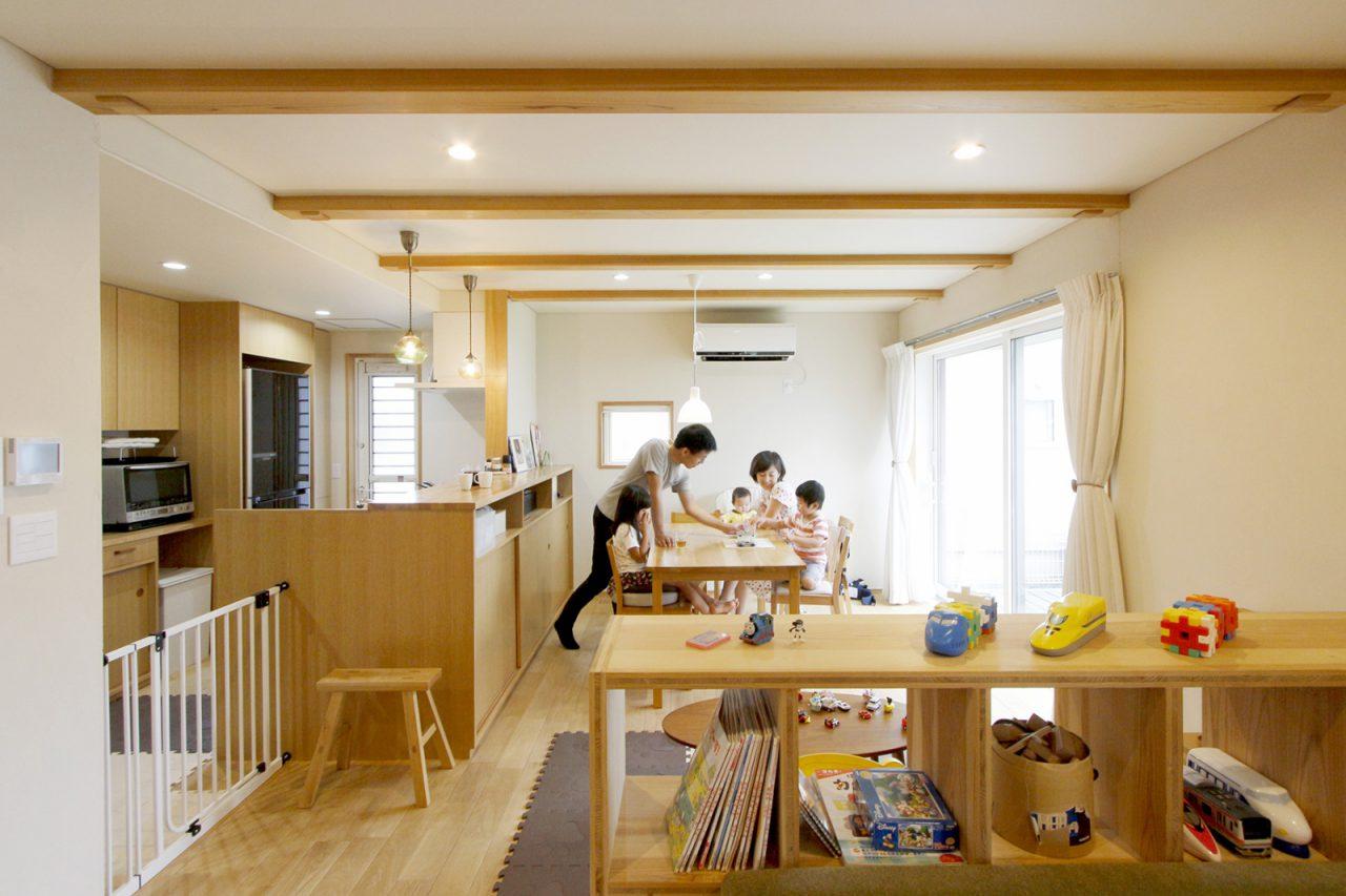家族5人で囲む賑やかな食卓。床はナラ材、壁は珪藻土、天井は月桃紙を採用。