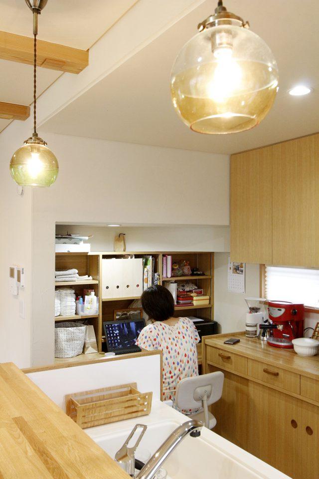 夕食を作りながらお子様の勉強も見てあげられる、キッチン横のスタディスペース