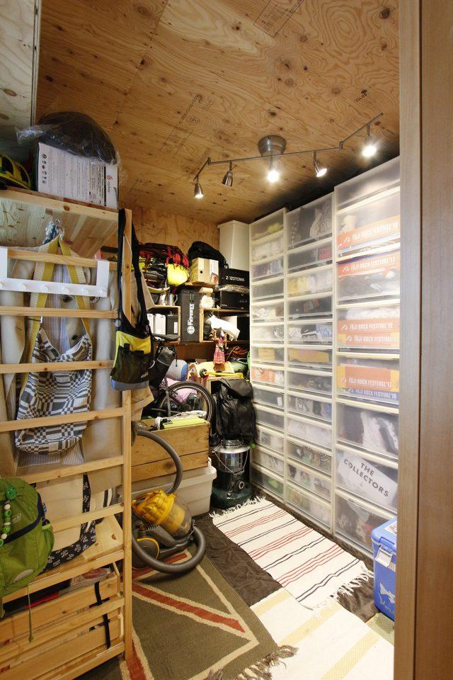 趣味の道具がたくさん収納された居室