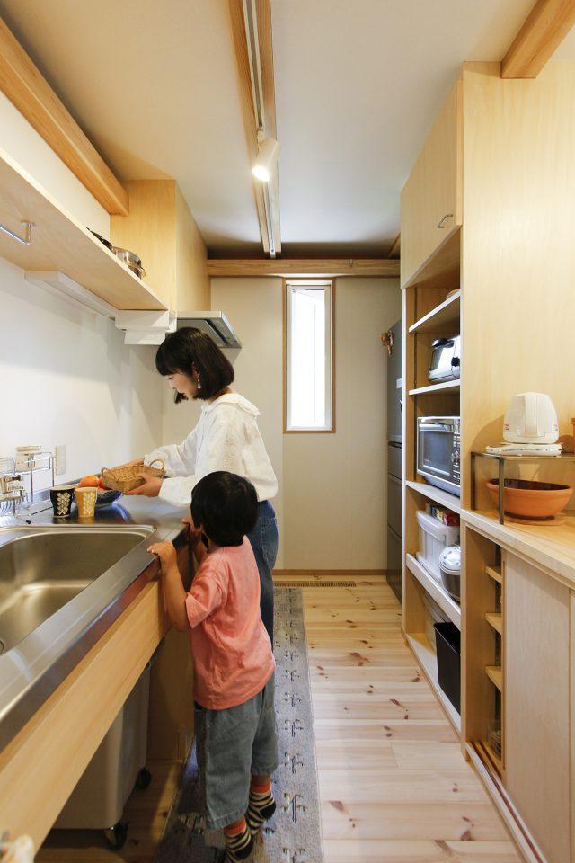 収納たっぷり!飾り棚のあるキッチン