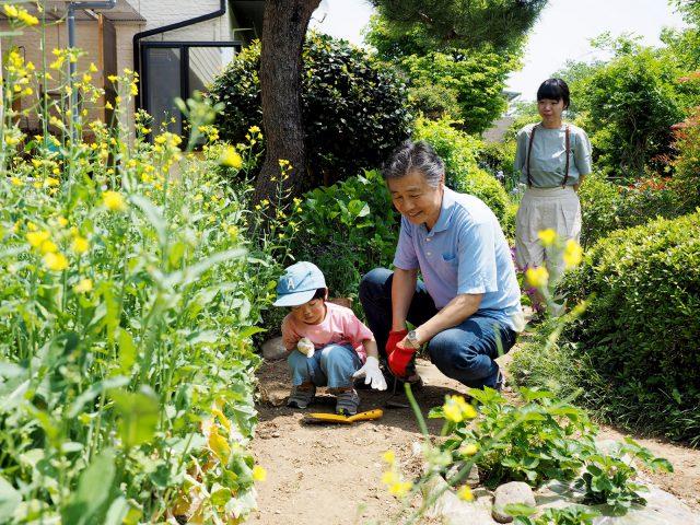 奥様のお父様と妹さん親子。お庭で楽しく遊びます。