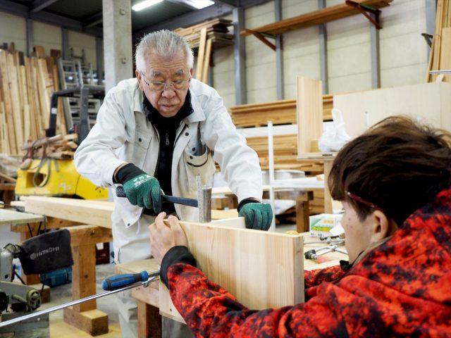 ベテラン大工の秋山棟梁に、つくり方のいろはを学ぶ