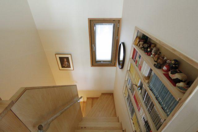 明るい階段にも本棚を設置。