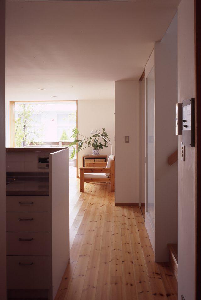 キッチンからリビングを眺める
