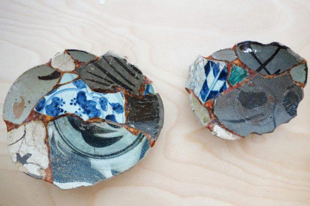 色々な陶器のカケラどうしを金継ぎした、コラージュのようなアート作品も!