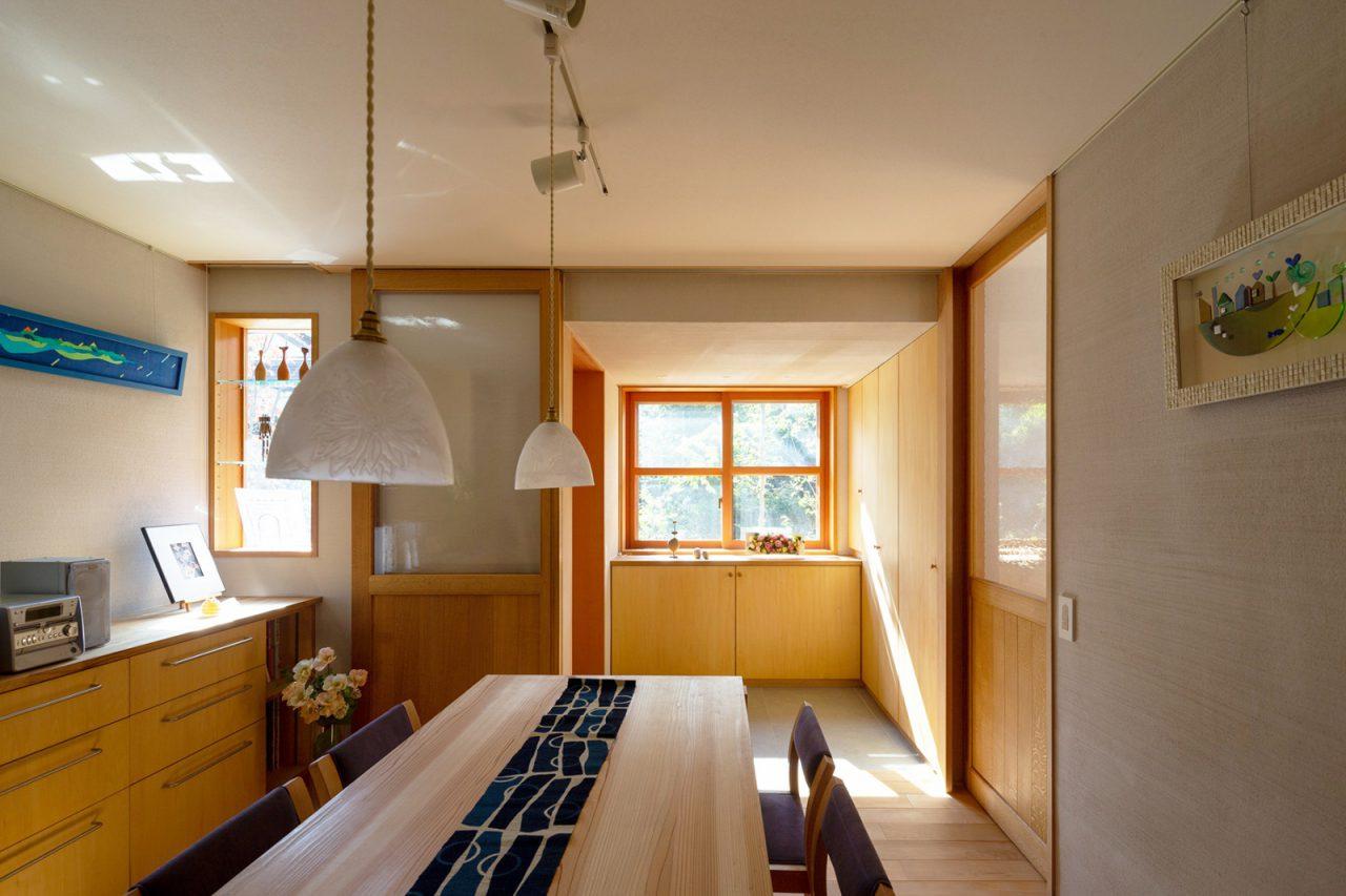 広い玄関とつながるアトリエ。照明はOtani Yoshiko Glass