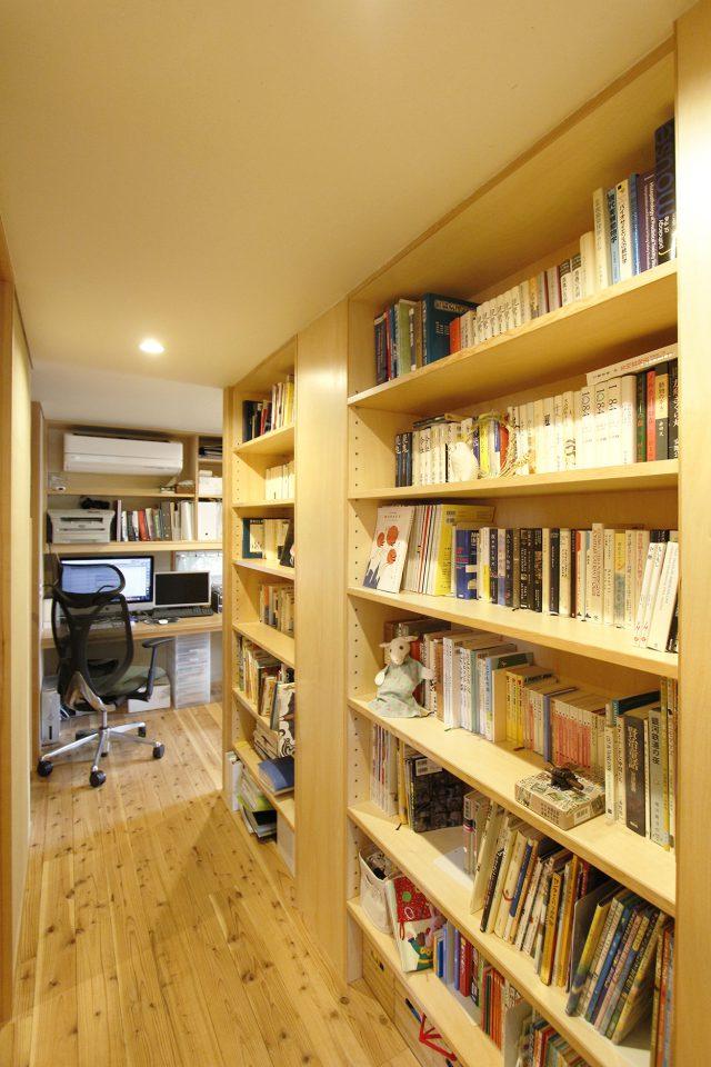 廊下にも造り付けの本棚を設置