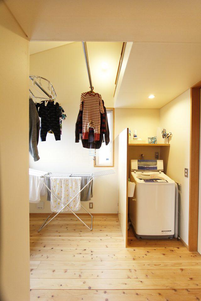 洗濯室の物干し竿は懸垂も可能・・・乾いたものからすぐ隣のWICへ
