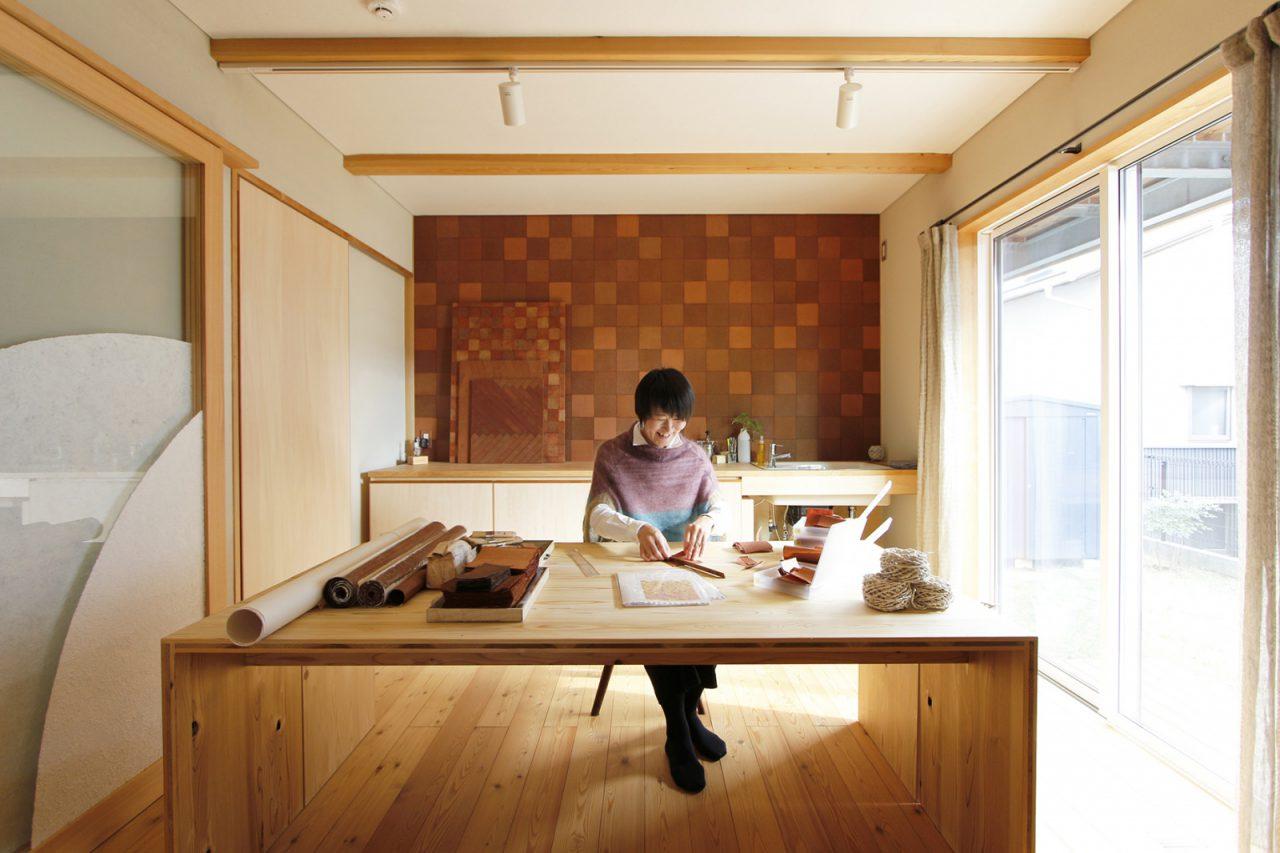 1階アトリエ (手前左)和紙左官を施したガラス戸・(奥壁)柿渋染め和紙を市松模様に貼った壁