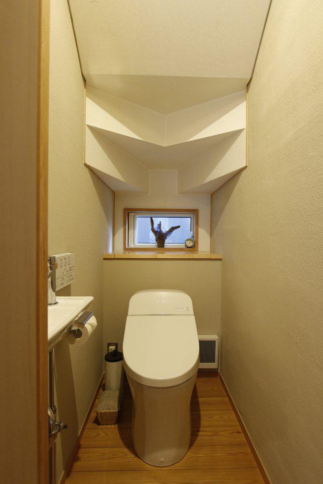 階段下のトイレ 天井にシンメトリーの造作