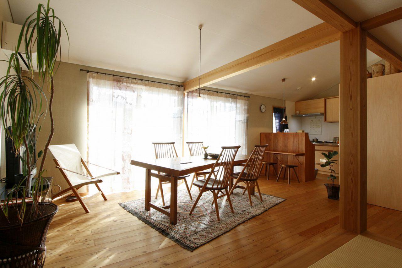 床はカラマツ、壁は薩摩中霧島壁の2階リビング