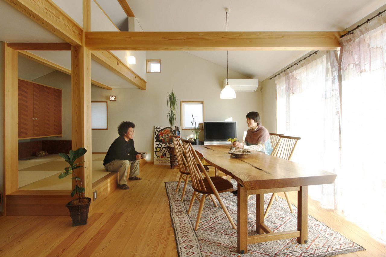 栃のダイニングテーブルとの色合いが映える2階リビング。照明はOtaniYoshiko Glass。