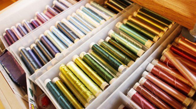 色とりどりの刺繍糸の中から、図案に合わせてセレクト