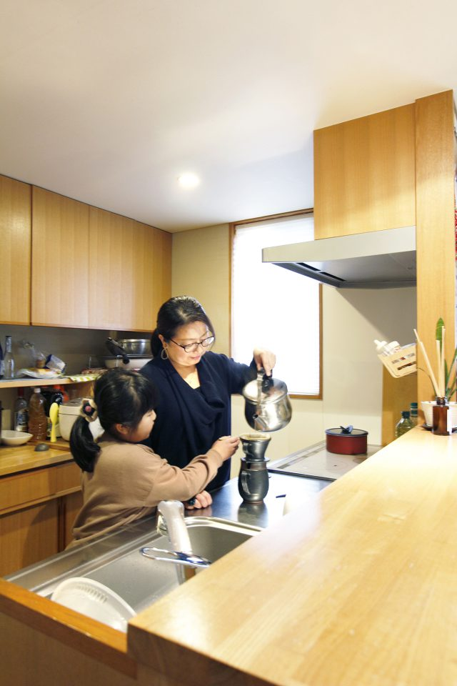 キッチンは誰でも使えるように作られ、子どもたちが率先してお手伝い。