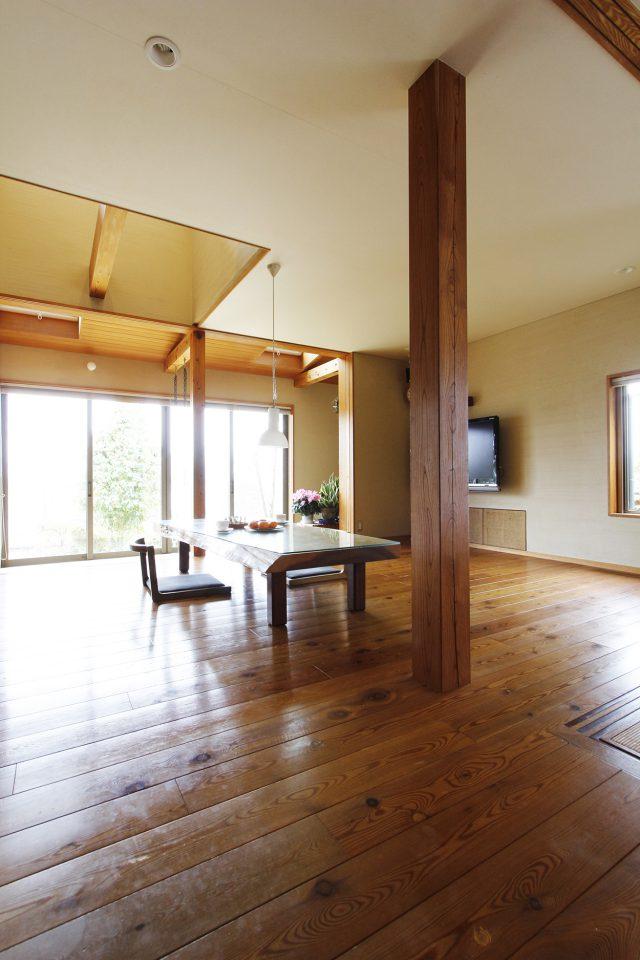 ケヤキの大黒柱やカラマツの床がいい色艶に。