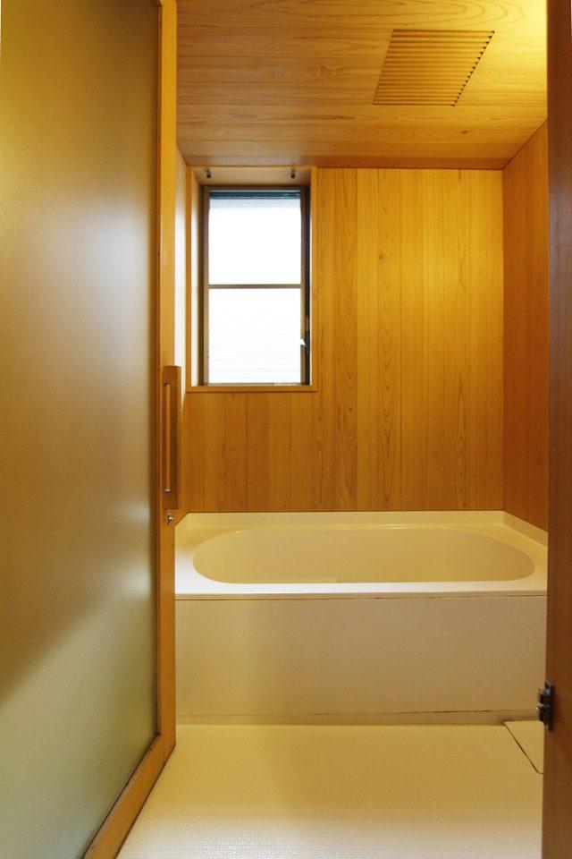 木張りの浴室の綺麗さは、手入れの賜物。