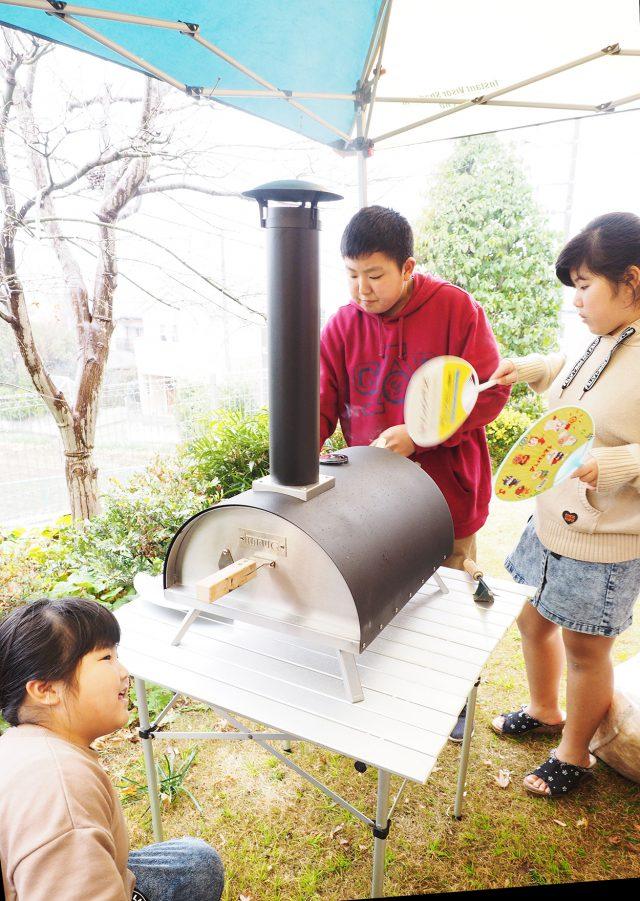 アウトドアが趣味の早川家。ピザ窯でピザを焼いてくれました。
