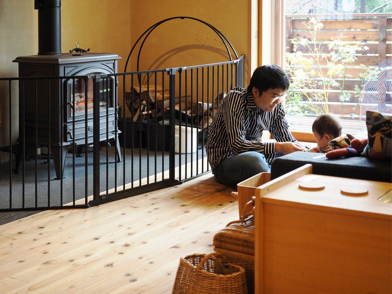 暖炉の前は特等席。炎と家族の会話に集中できるリビングに。