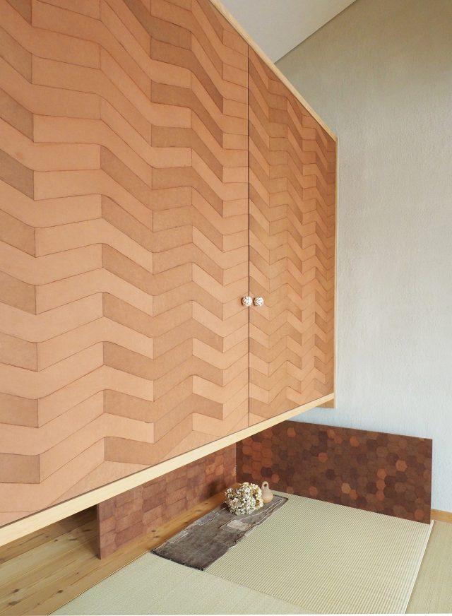 朝子さんによる柿渋和紙張りの開き戸と風炉先屏風