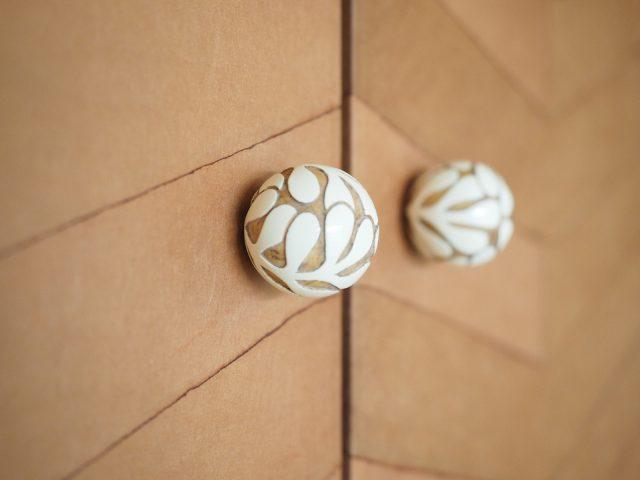 a-wood富沢麻子さんの木彫つまみ(吊り戸棚)