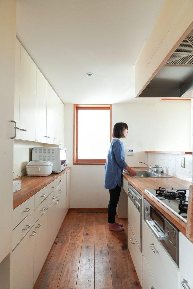 キッチン天板は木。オイルでお手入れしながら15年、まだまだ使えそうですとのこと