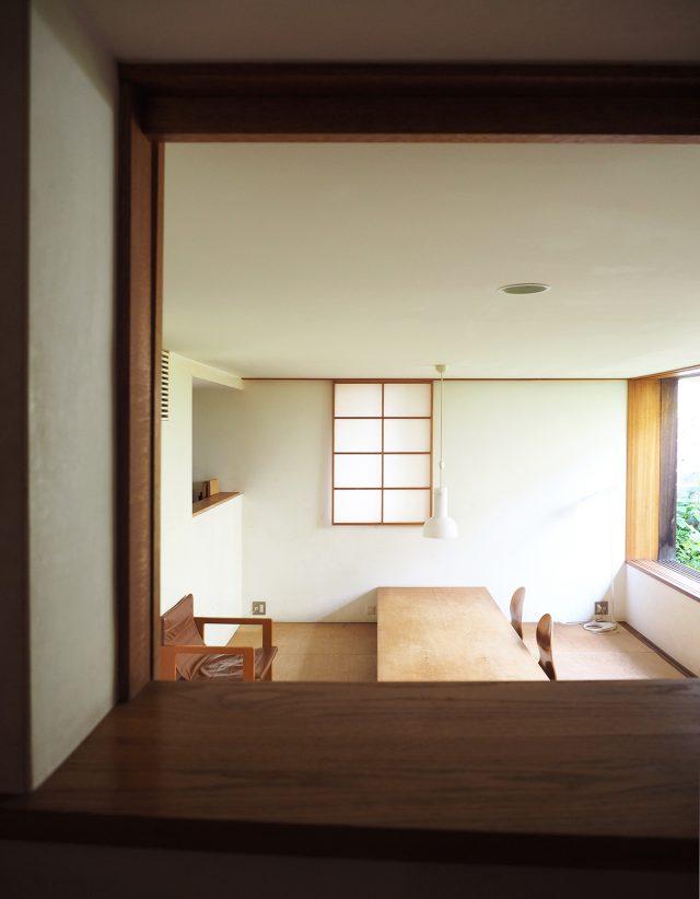 玄関ホールの小窓からリビングを眺める
