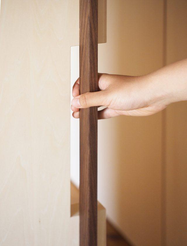 建具の取手は収納の引手に干渉しないように彫り込まれ、握り心地もよく