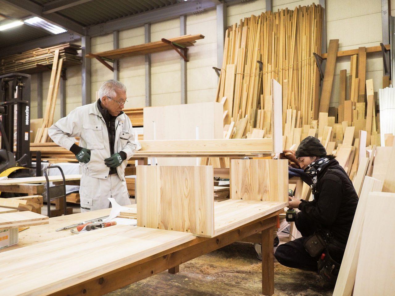 加工場での家具製作の様子