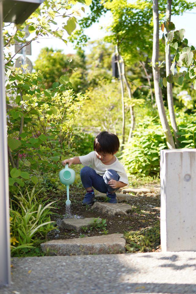庭の一角で泥遊び