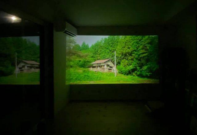広い空間で壁面にプロジェクターで投影して映画を眺めることも。