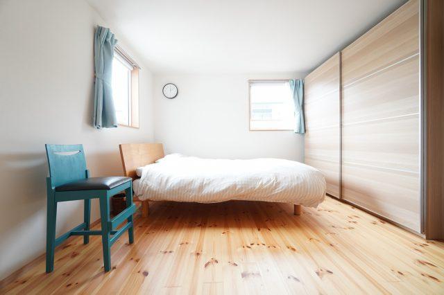 1階寝室。手前はご主人がDIYで塗装した椅子。