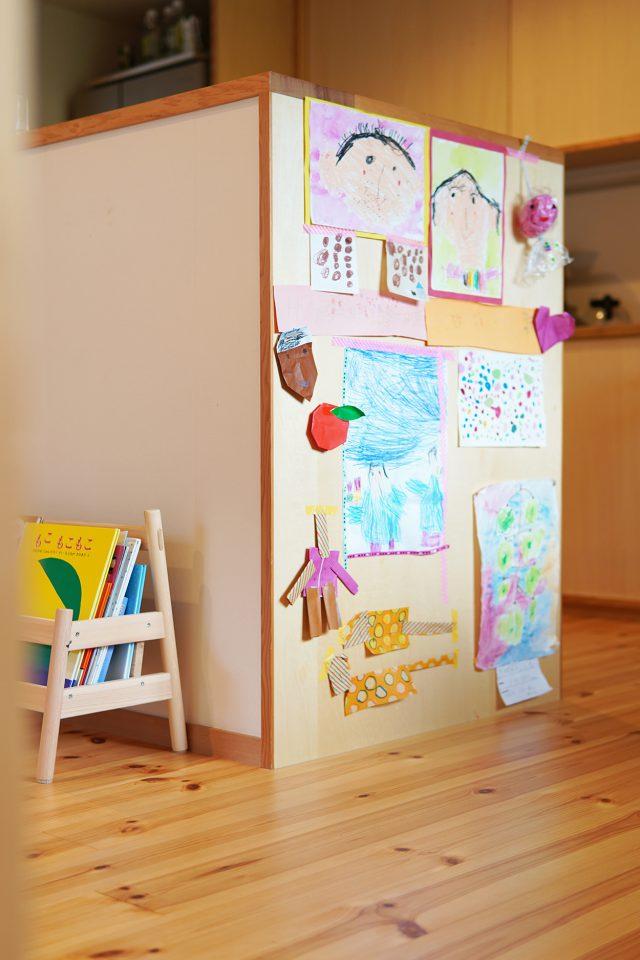 キッチン側面は娘さんの作品ギャラリーに