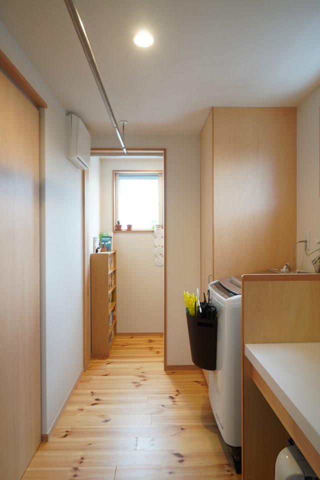 2階水廻り(奥からトイレ・洗濯室・洗面所)