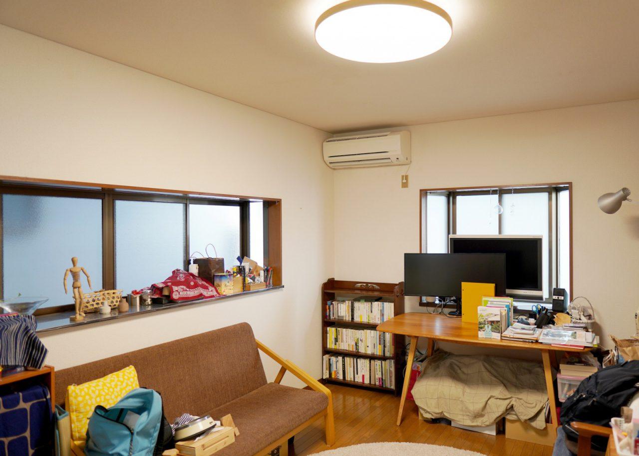 養生前)家具や小物類が多いリビング