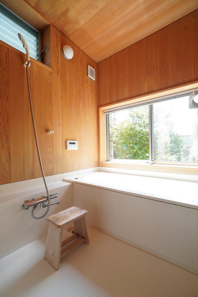 大きな窓から庭が眺められる浴室。定期的なお手入れのおかげでとても綺麗。