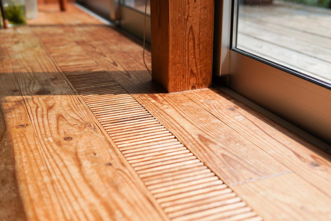 床は杉材。10年経っていい色艶に。