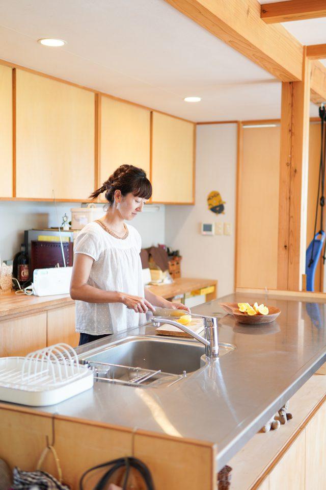 「シンク・コンロ・冷蔵庫が三角にまとまり使いやすいです」と奥様