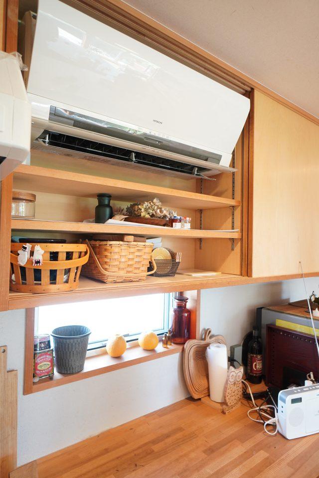 エアコンはキッチン棚の中に